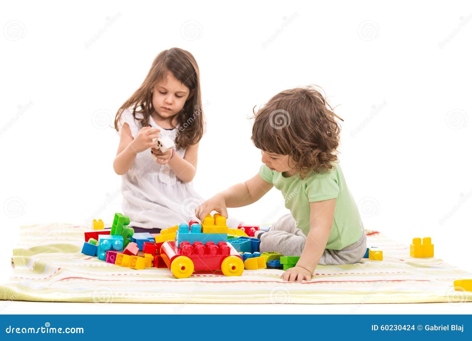 Bambini svegli che giocano a casa