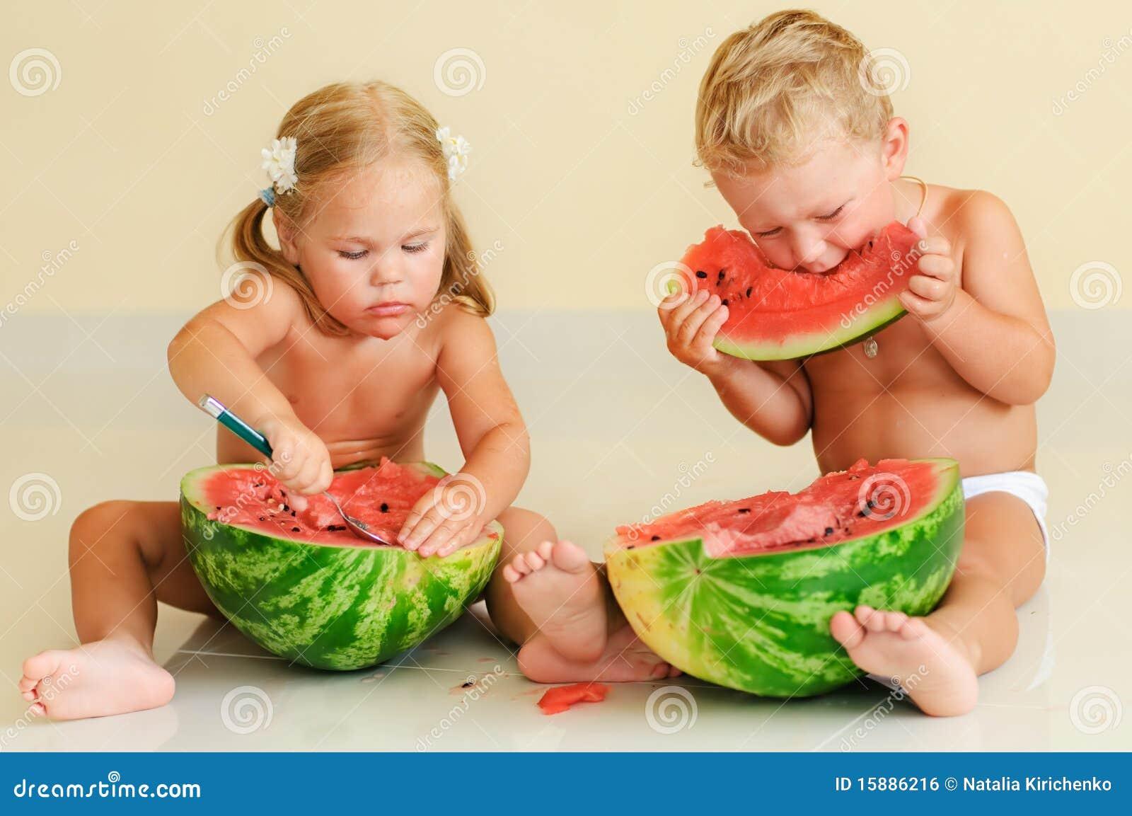 Bien-aimé Bambini Svegli Divertenti Che Mangiano Anguria Fotografia Stock  IN28