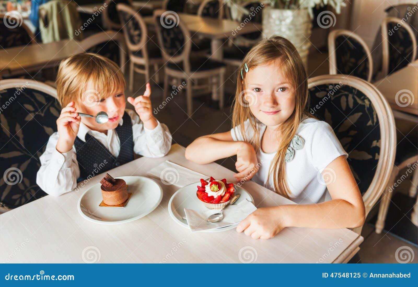 Bambini in un caffè