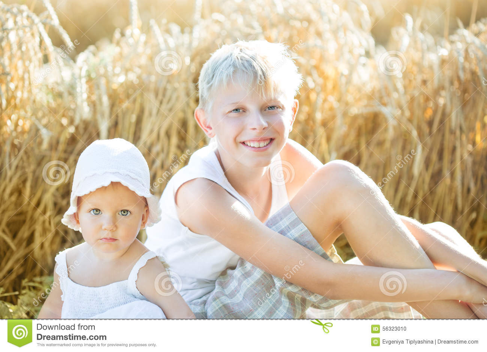 Bambini in un campo di frumento