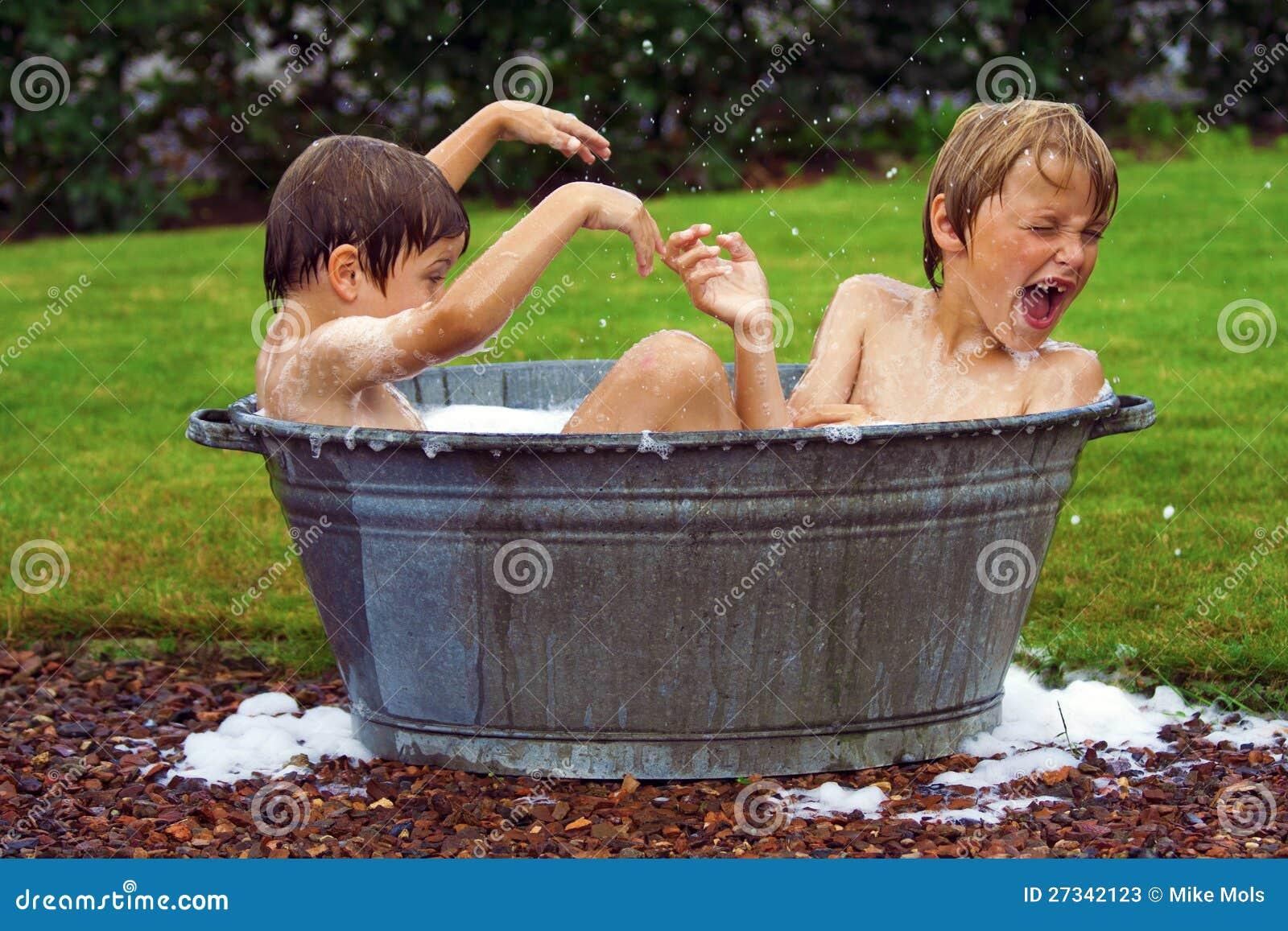 Bambini in vasca da bagno dello zinco immagine stock - Vasca bagno bambini ...