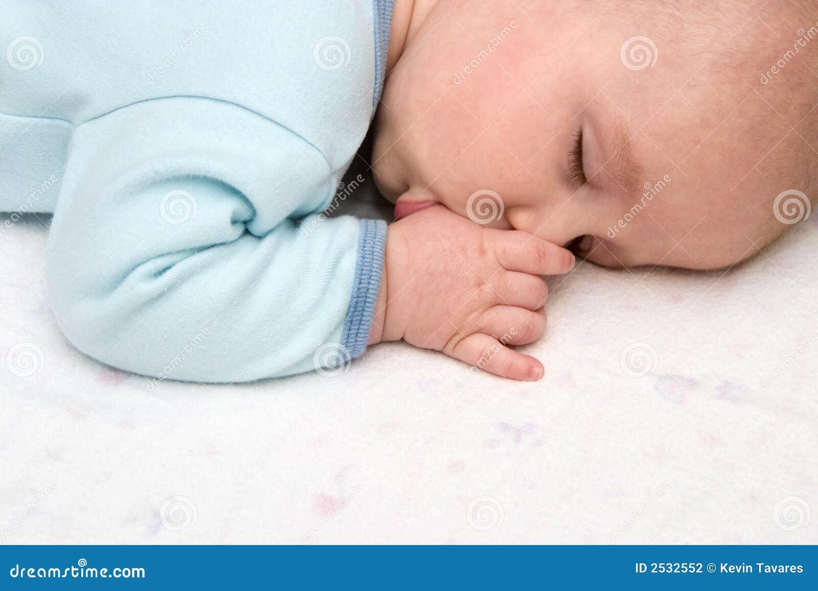 Сонник младенец сосет грудь