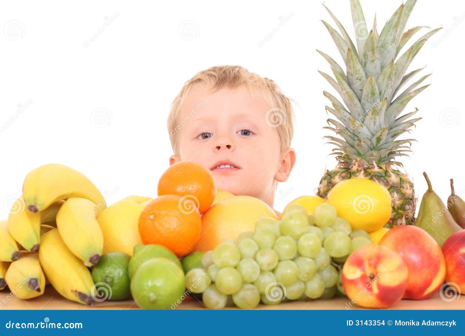 Bambino al gusto di frutta