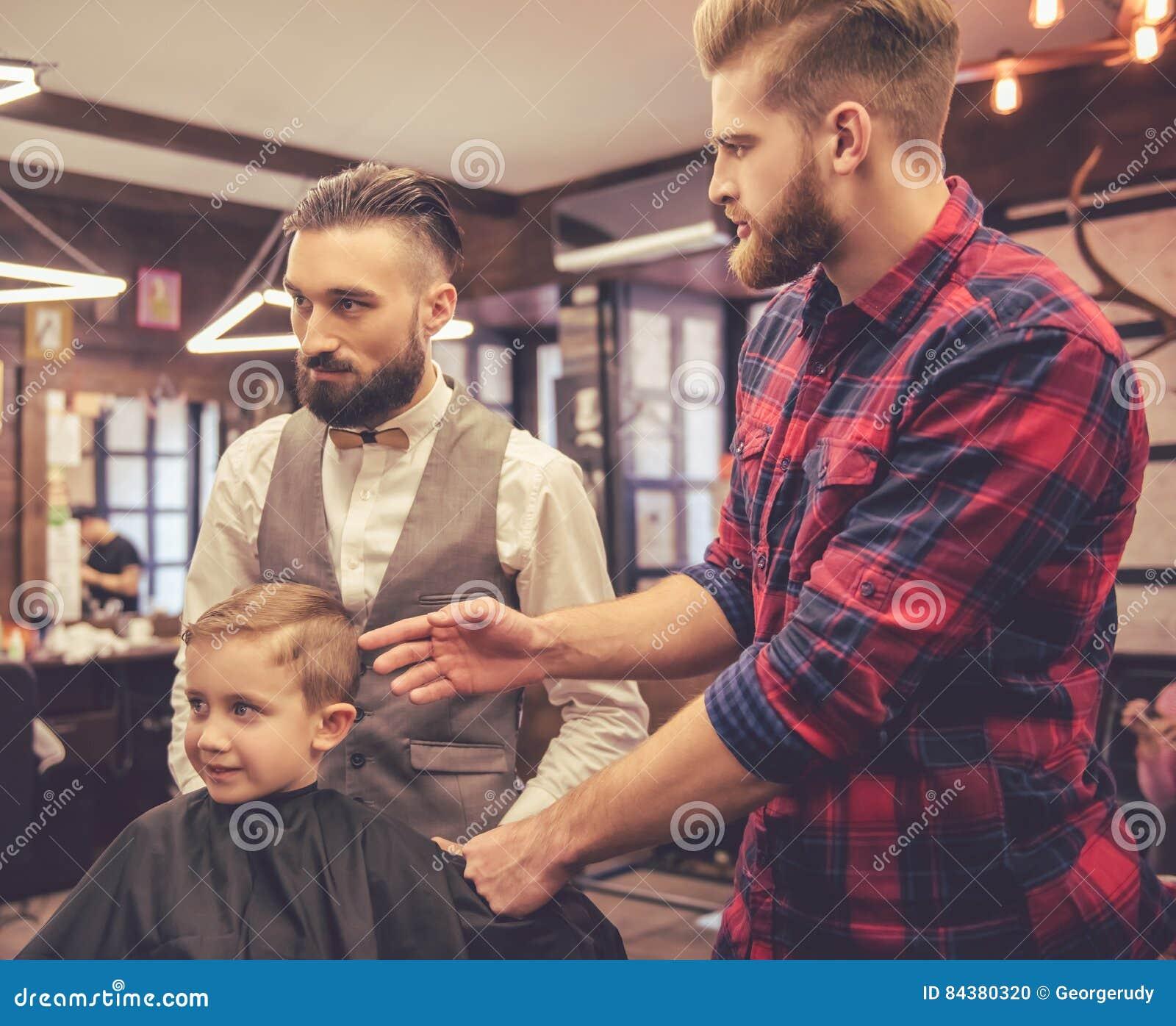 Bambino al negozio di barbiere