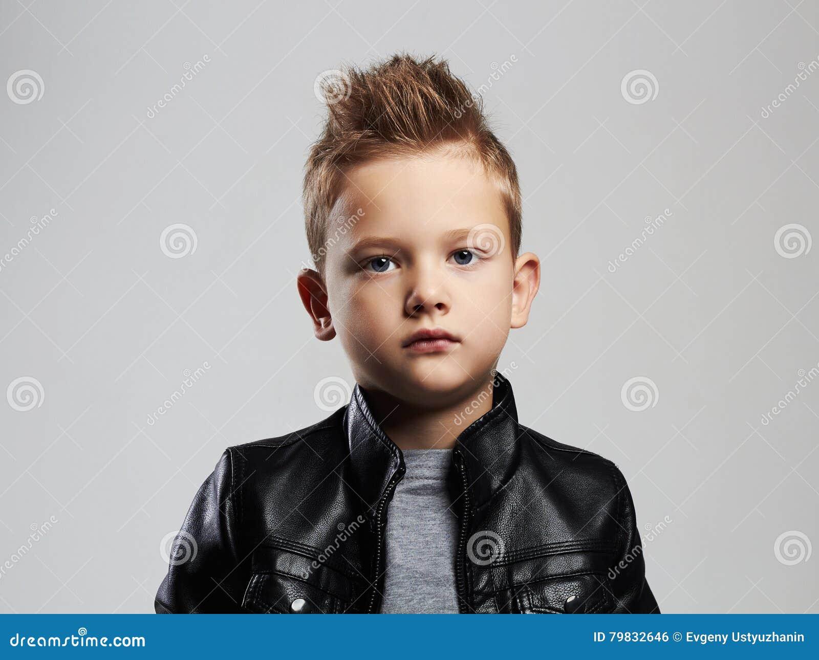 Extrêmement Bambino Alla Moda In Cappotto Di Cuoio Bambino Alla Moda Con  VC32
