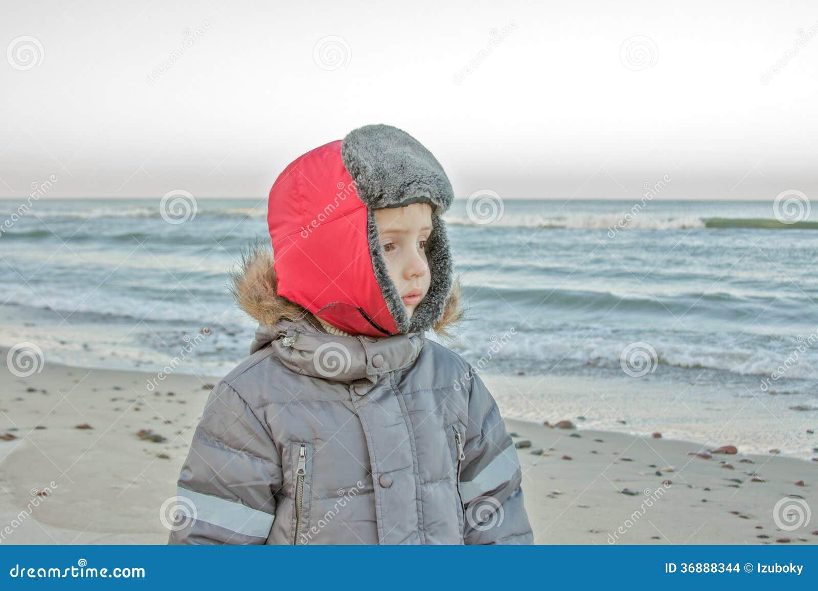 Download Bambino alla spiaggia fotografia stock. Immagine di distanza - 36888344