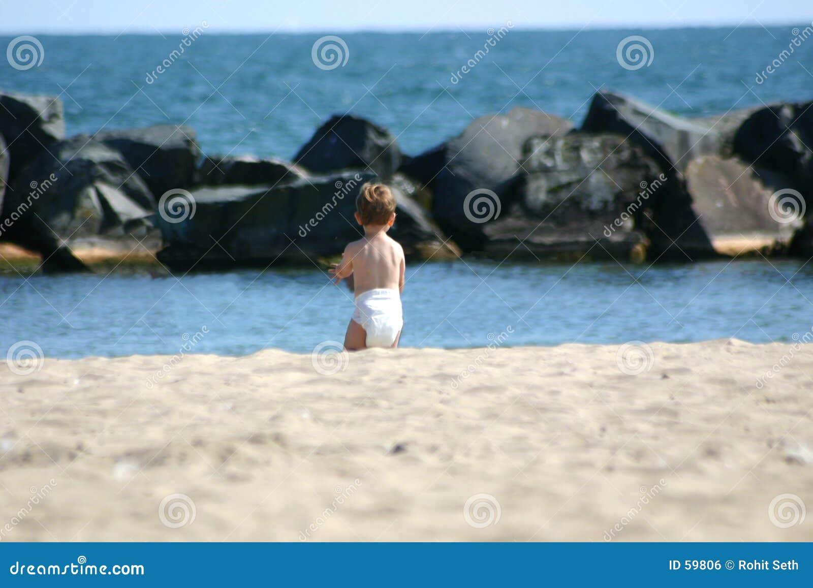 Bambino alla spiaggia