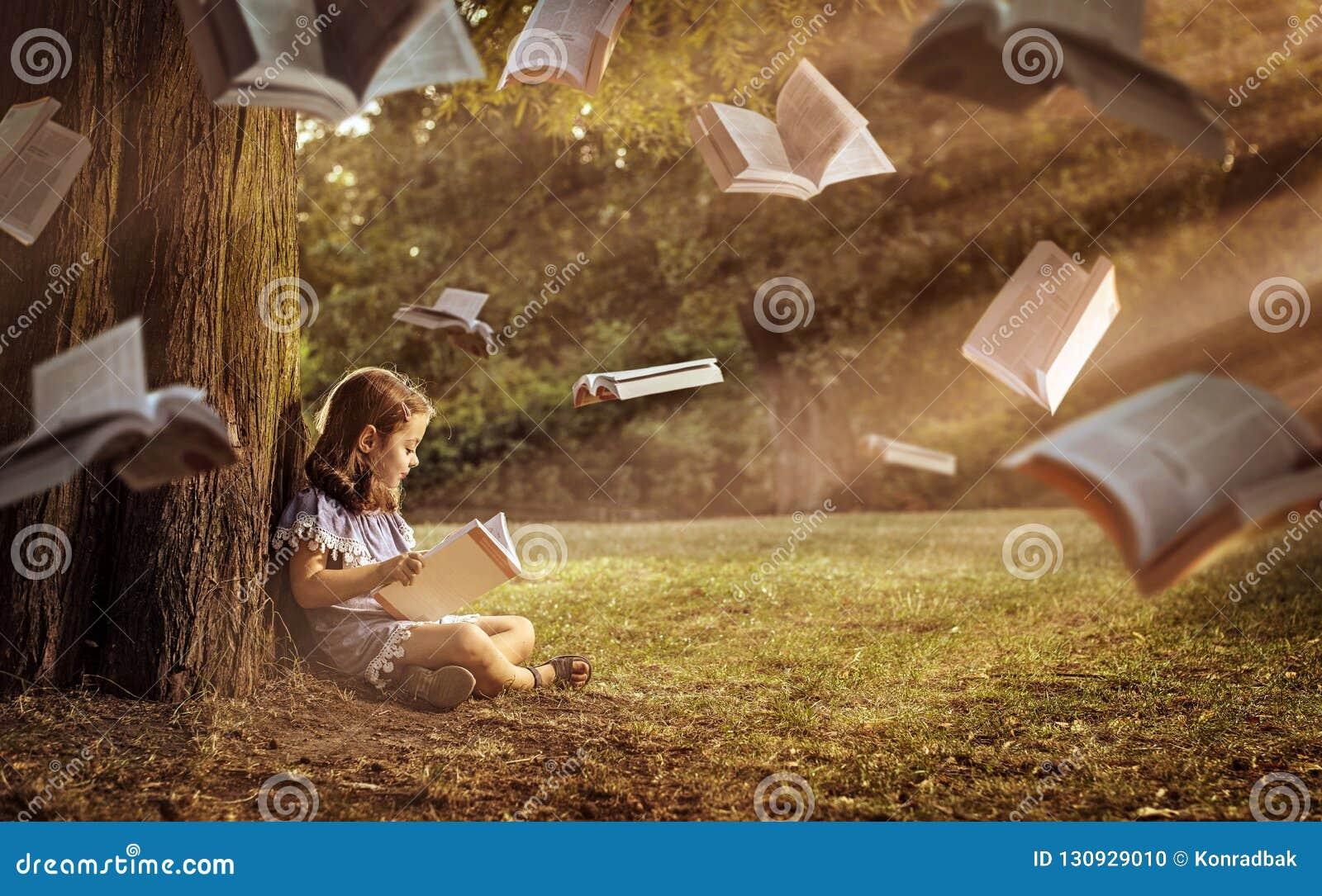 Bambino allegro che legge un libro interessante