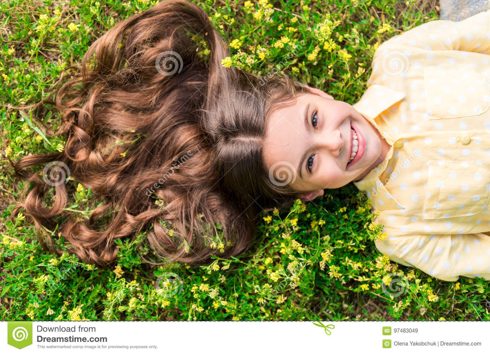 Bambino allegro che si rilassa sul pascolo