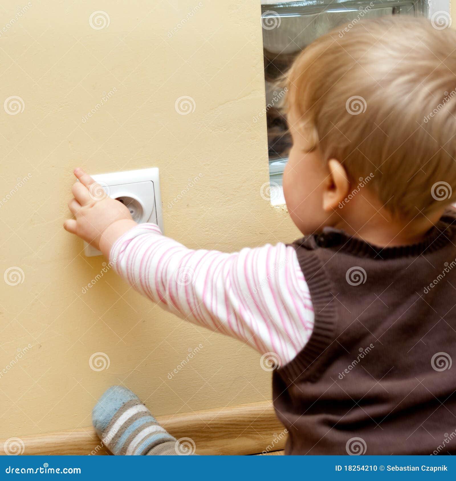 Bambino allo zoccolo elettrico