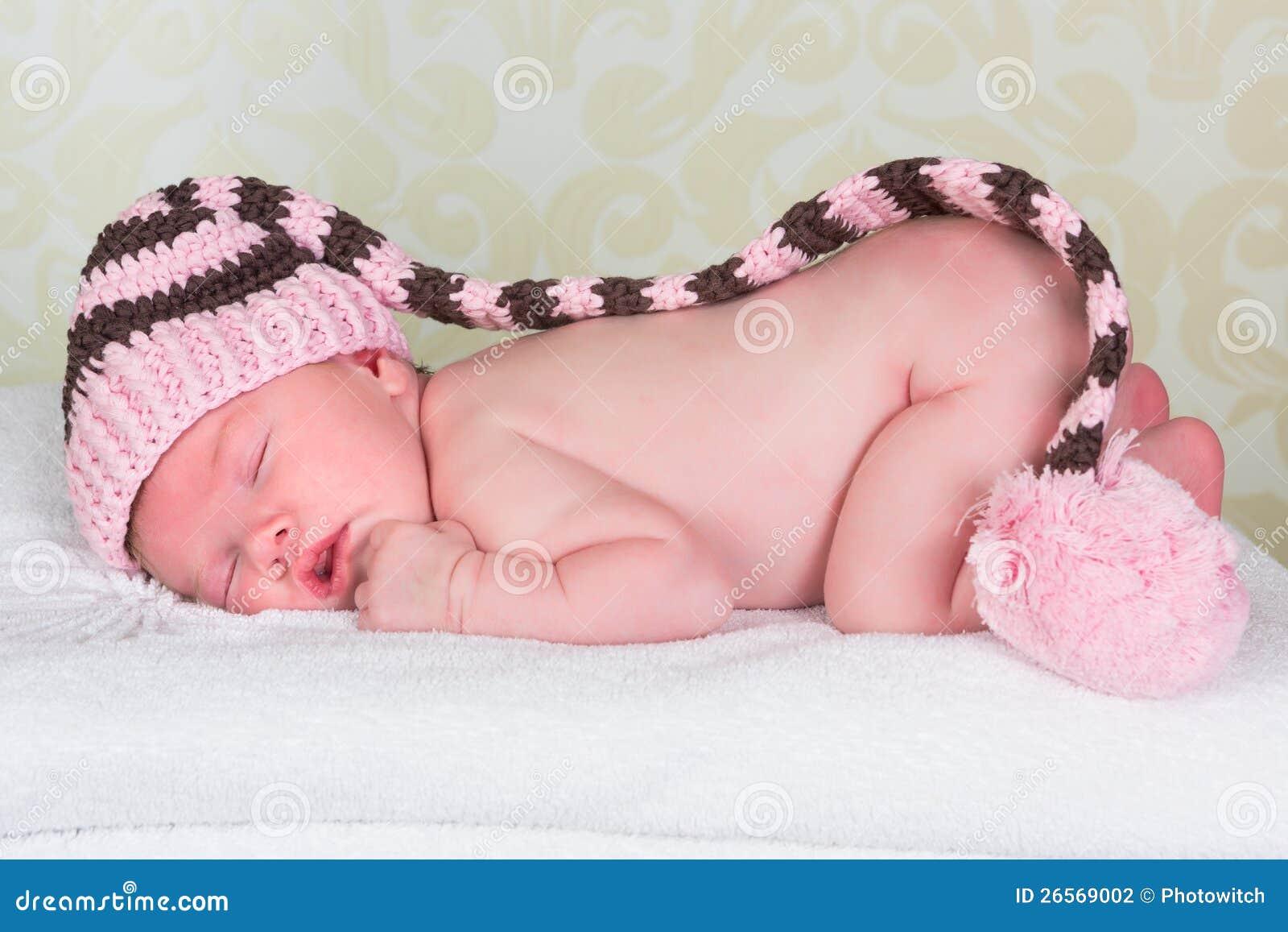 Bambino appena nato con il cappello del pompom