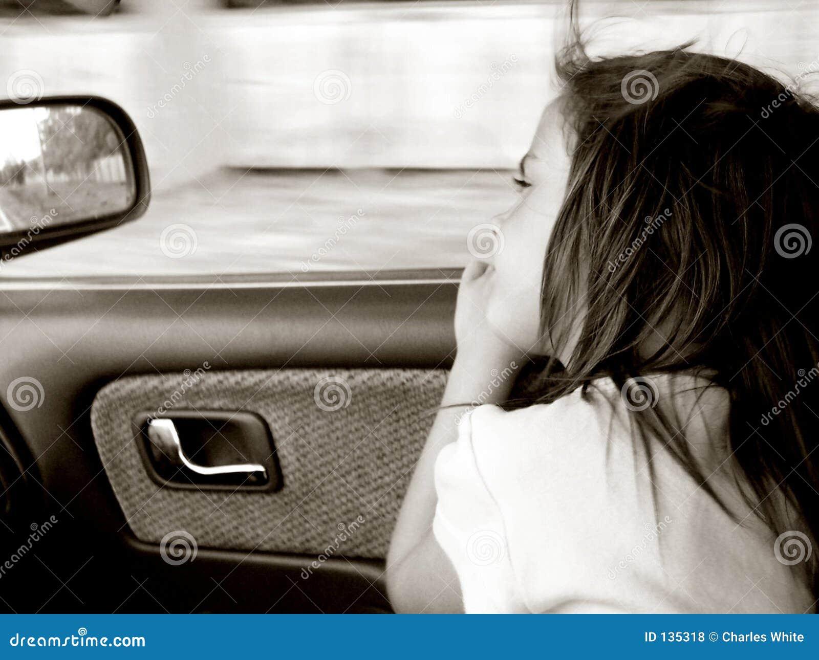 Bambino in automobile