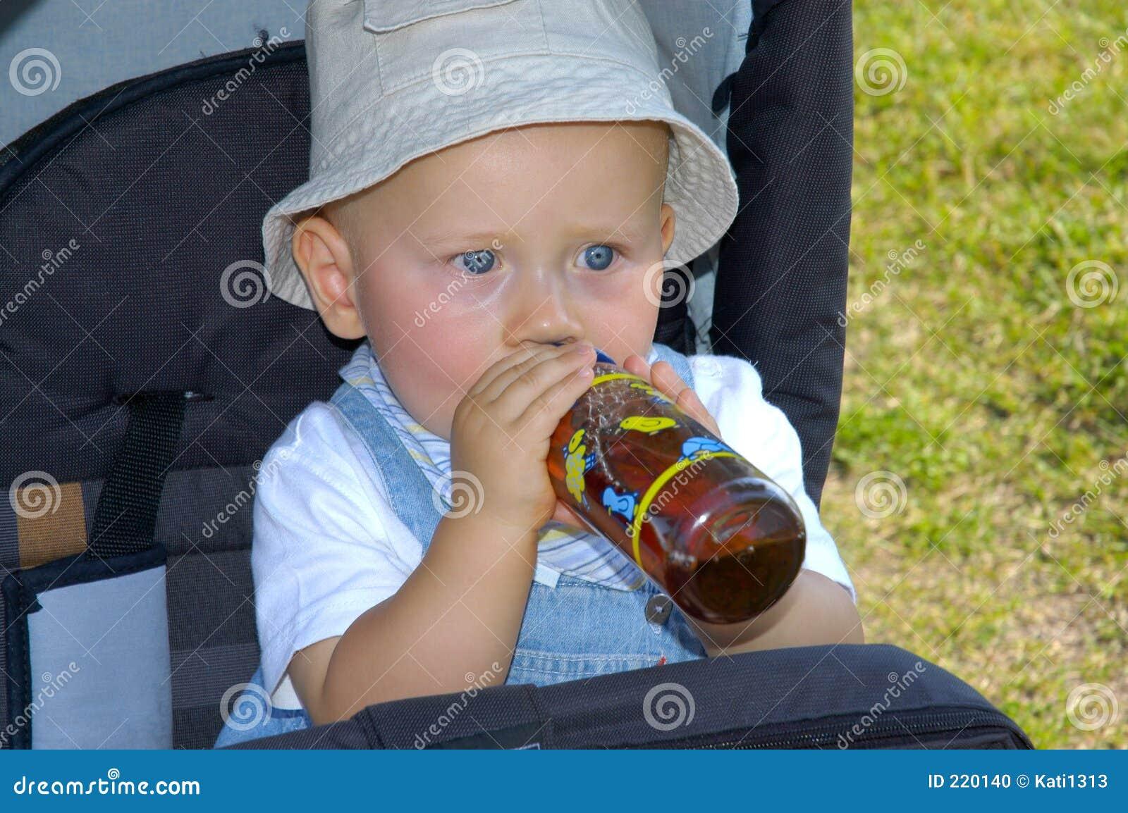 Bambino bevente