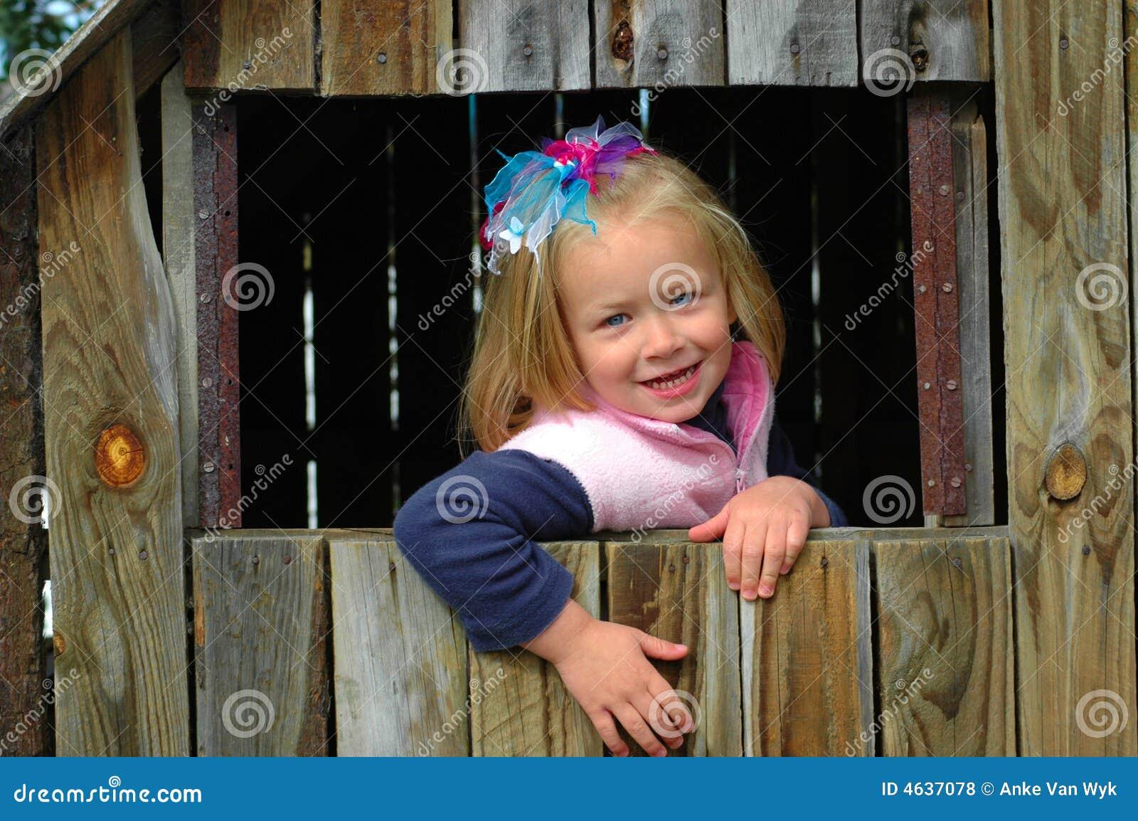 Bambino in casa di legno