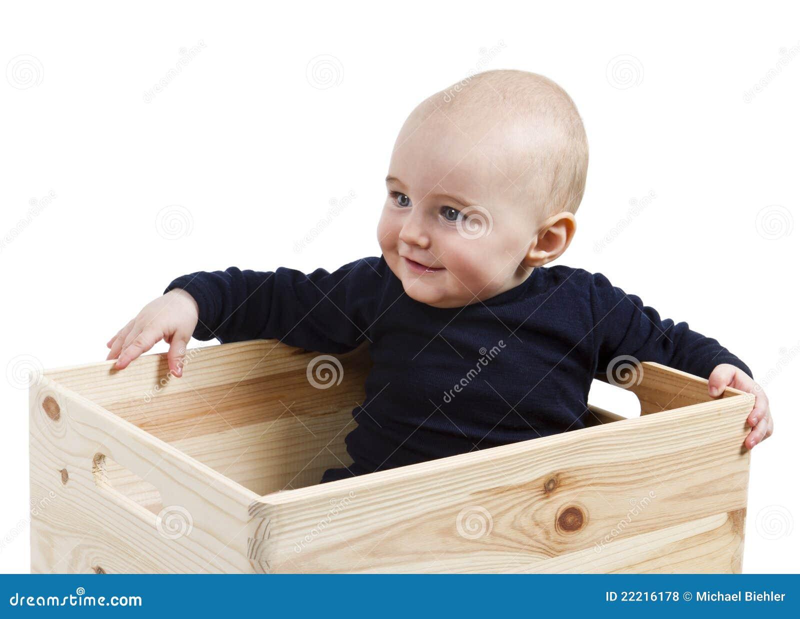 Bambino in casella di legno