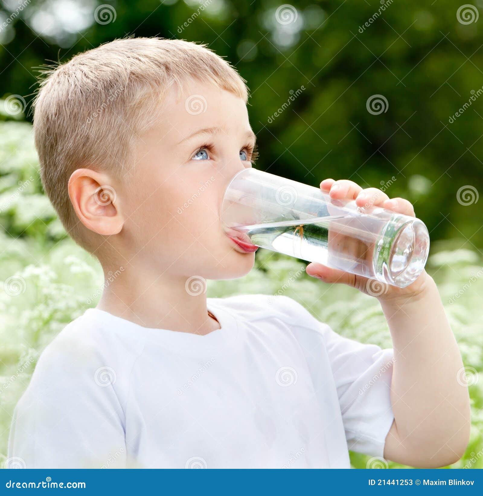 Bambino che beve acqua pura immagine stock immagine di for Konzentrationsschw che kind
