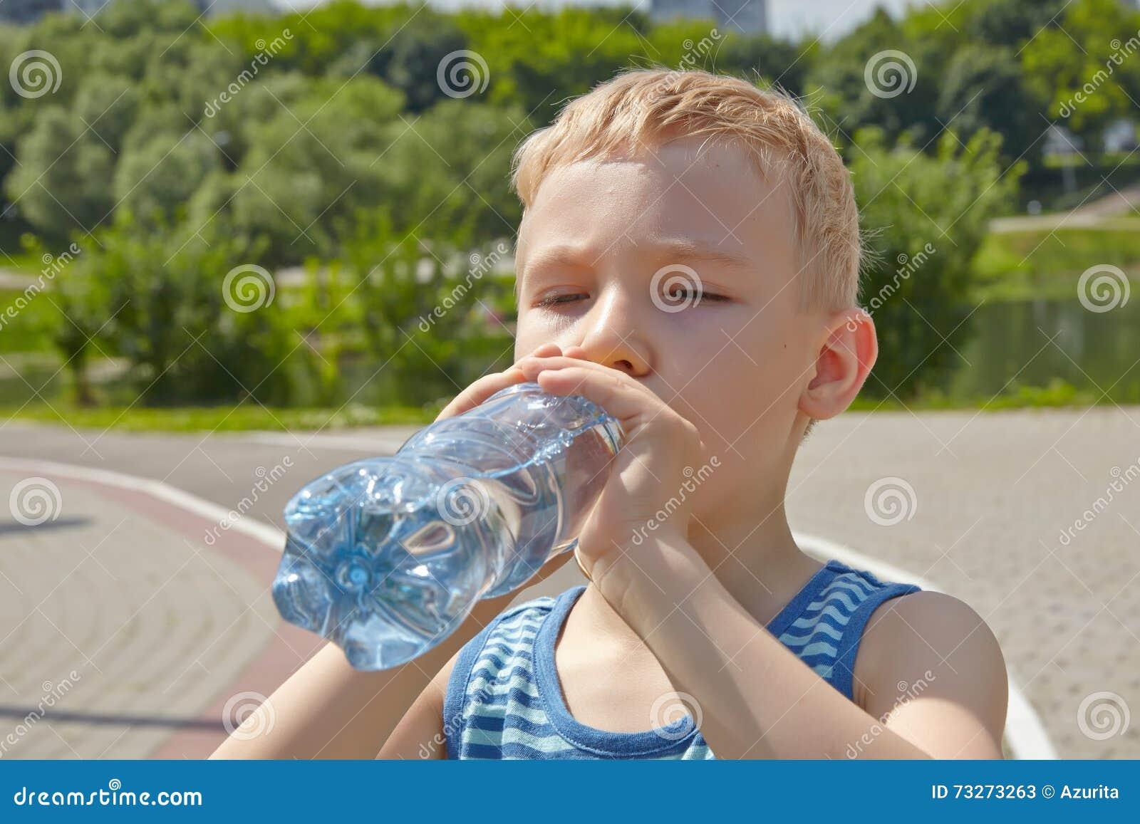 Bambino Che Beve Acqua Pura In Un Parco Fotografia Stock - Immagine: 73273263