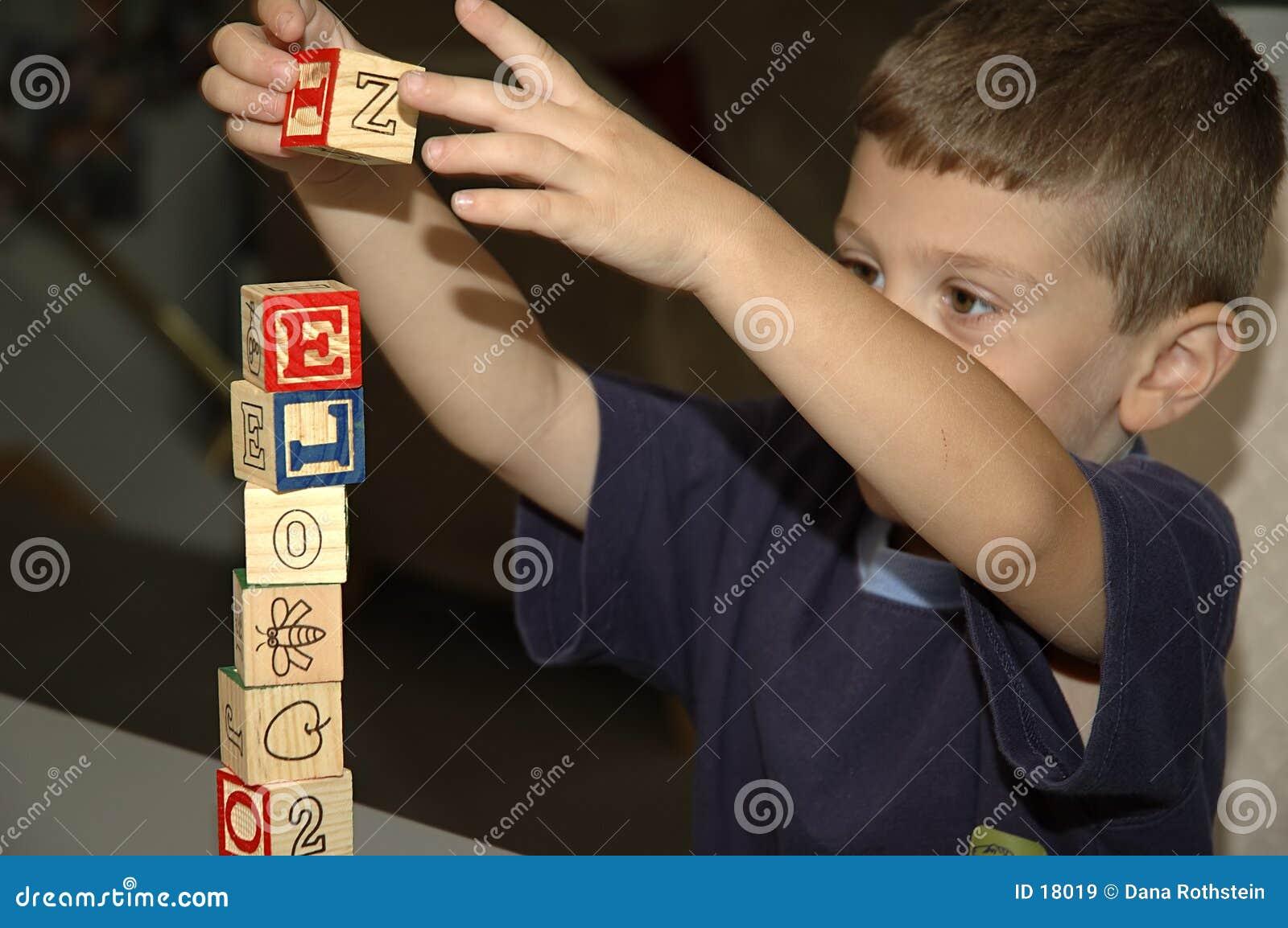 Bambino che costruisce 2