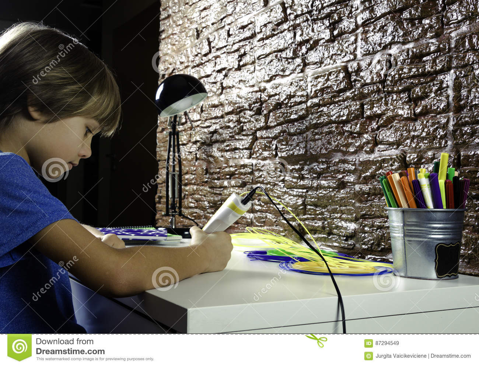 Bambino che crea con la penna di stampa 3d a casa ragazzo for Crea casa 3d