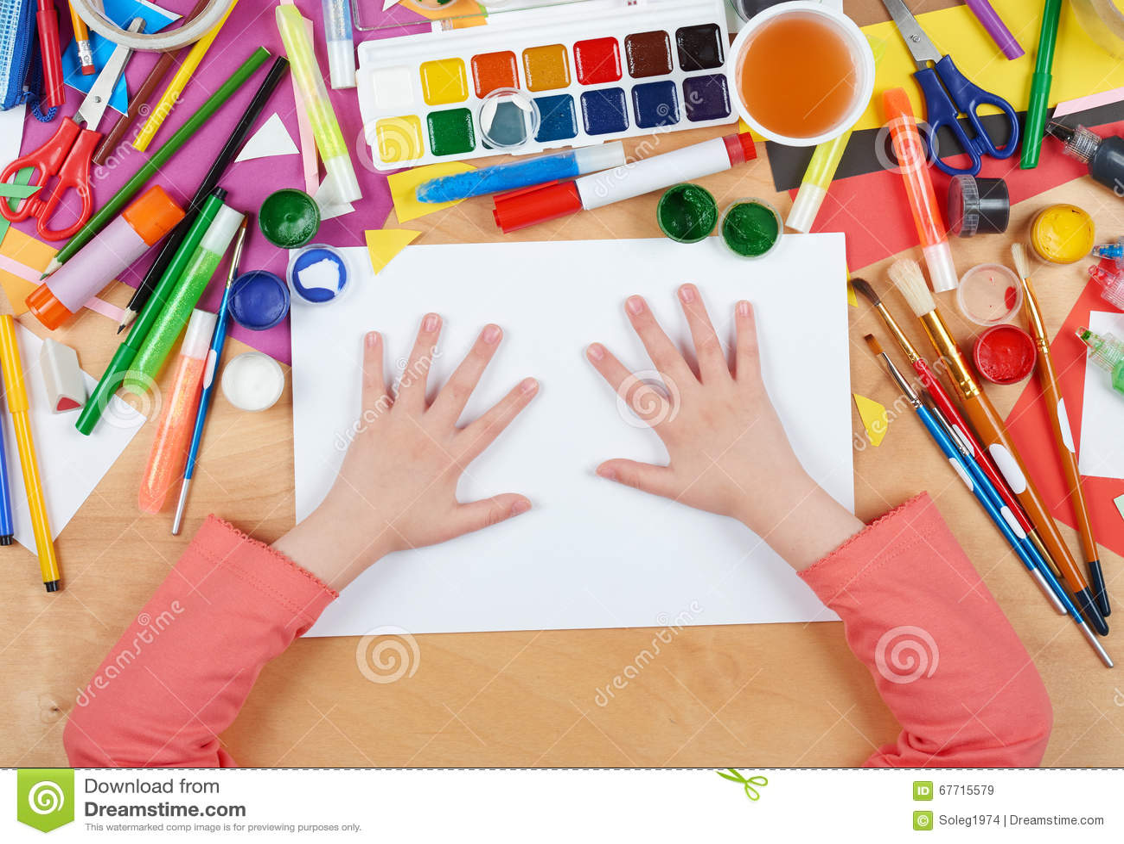 Bambino che disegna vista superiore posto di lavoro del for Disegna i miei piani di casa