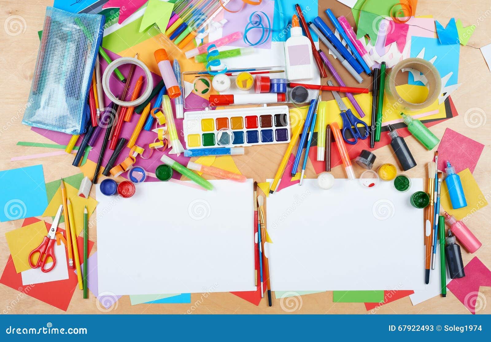 bambino che disegna vista superiore posto di lavoro del