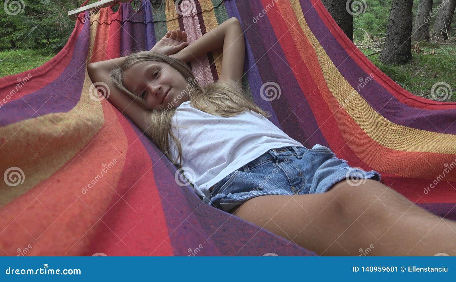 Bambino che dorme in amaca nel campeggio, bambino che si rilassa nella foresta, ragazza in montagne
