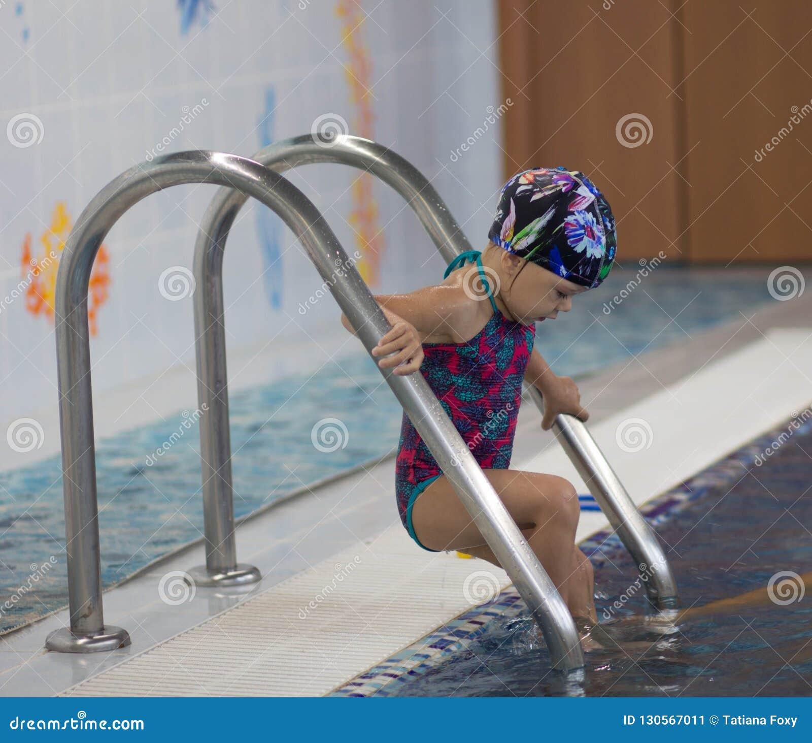 Bambino che entra nella piscina