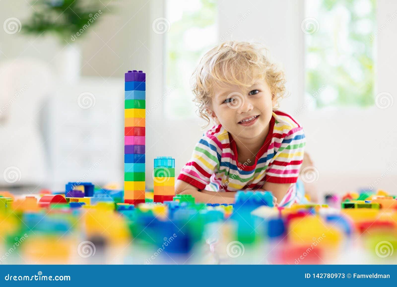 Bambino che gioca con i blocchetti del giocattolo Giocattoli per i bambini