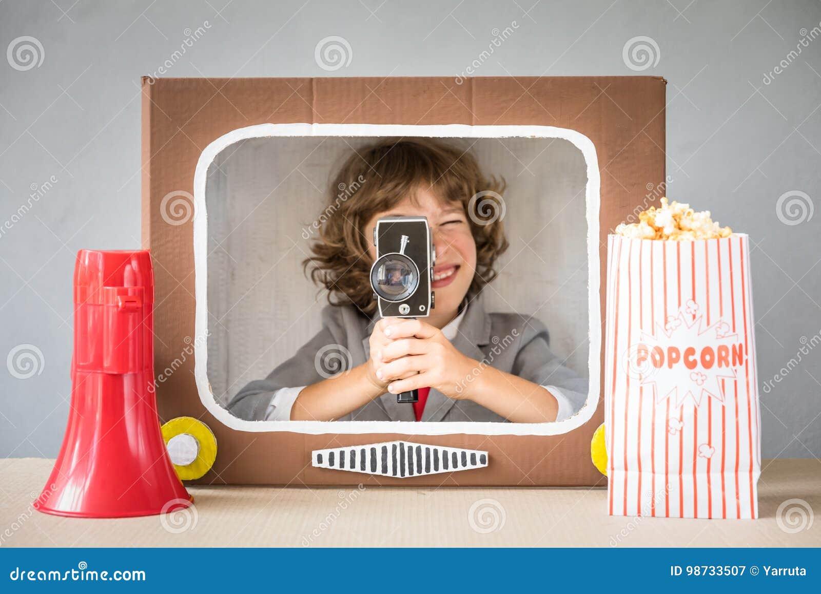 Bambino che gioca con il fumetto TV