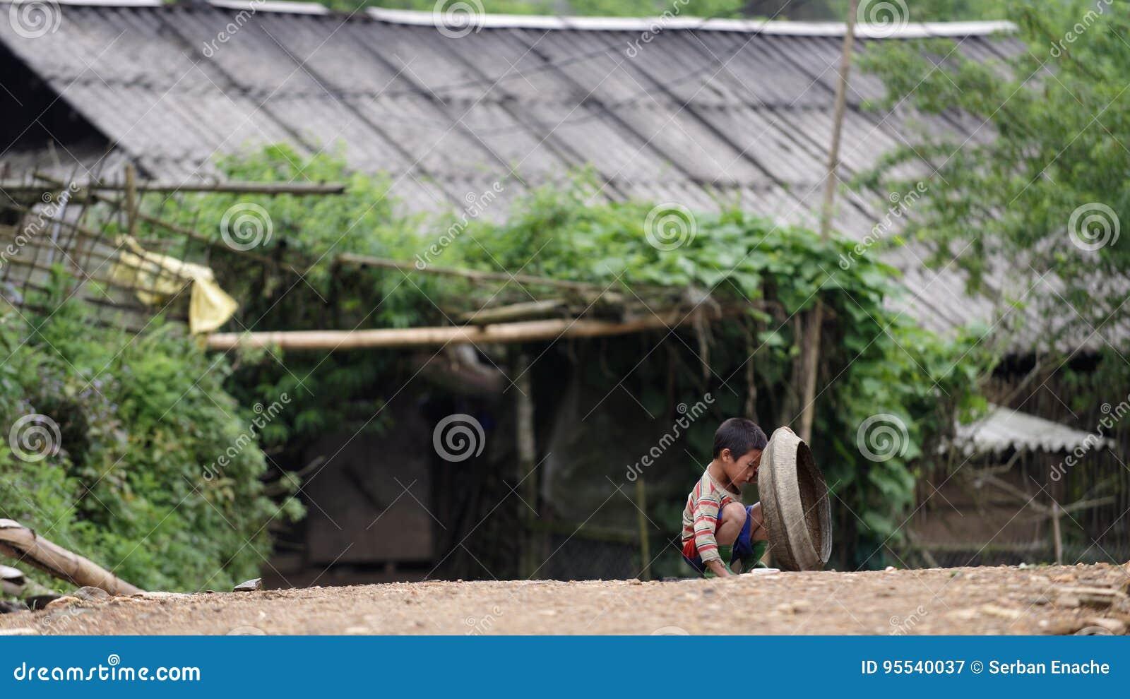 Bambino che gioca sulla via nel PA del Sa