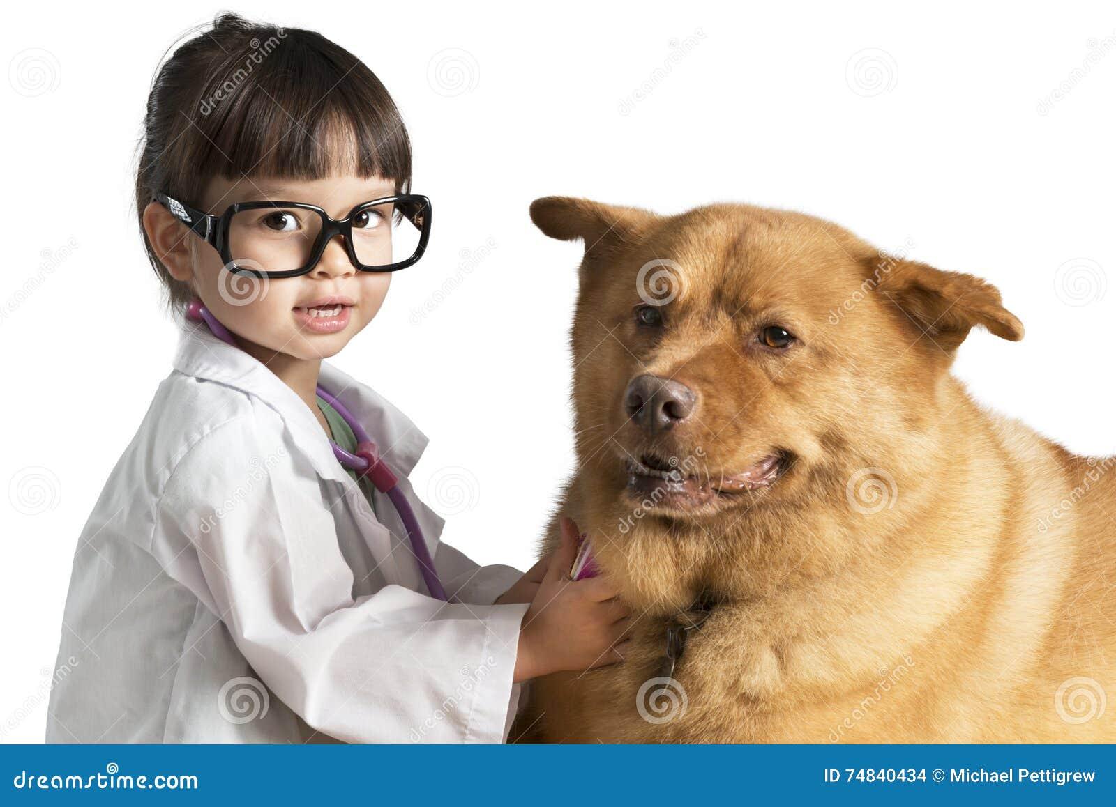 Bambino che gioca veterinario con il cane