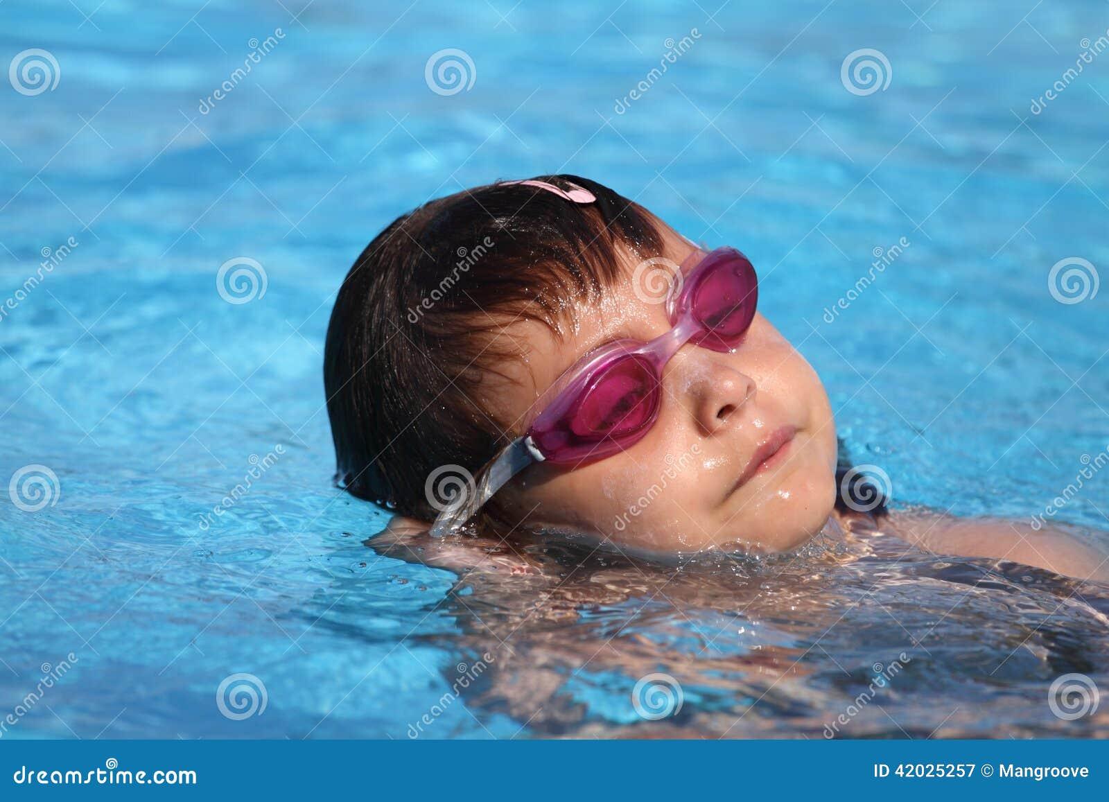 Bambino che impara nuotare, lezione di nuoto