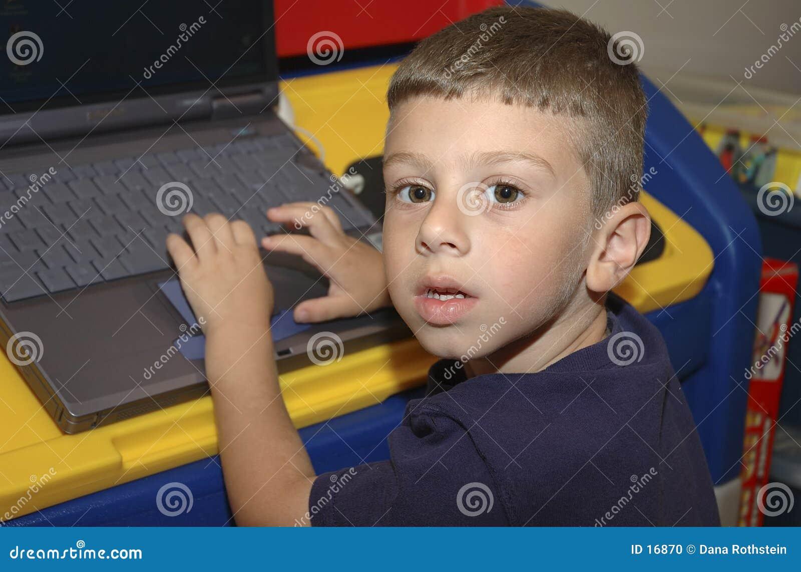 Bambino che per mezzo del calcolatore
