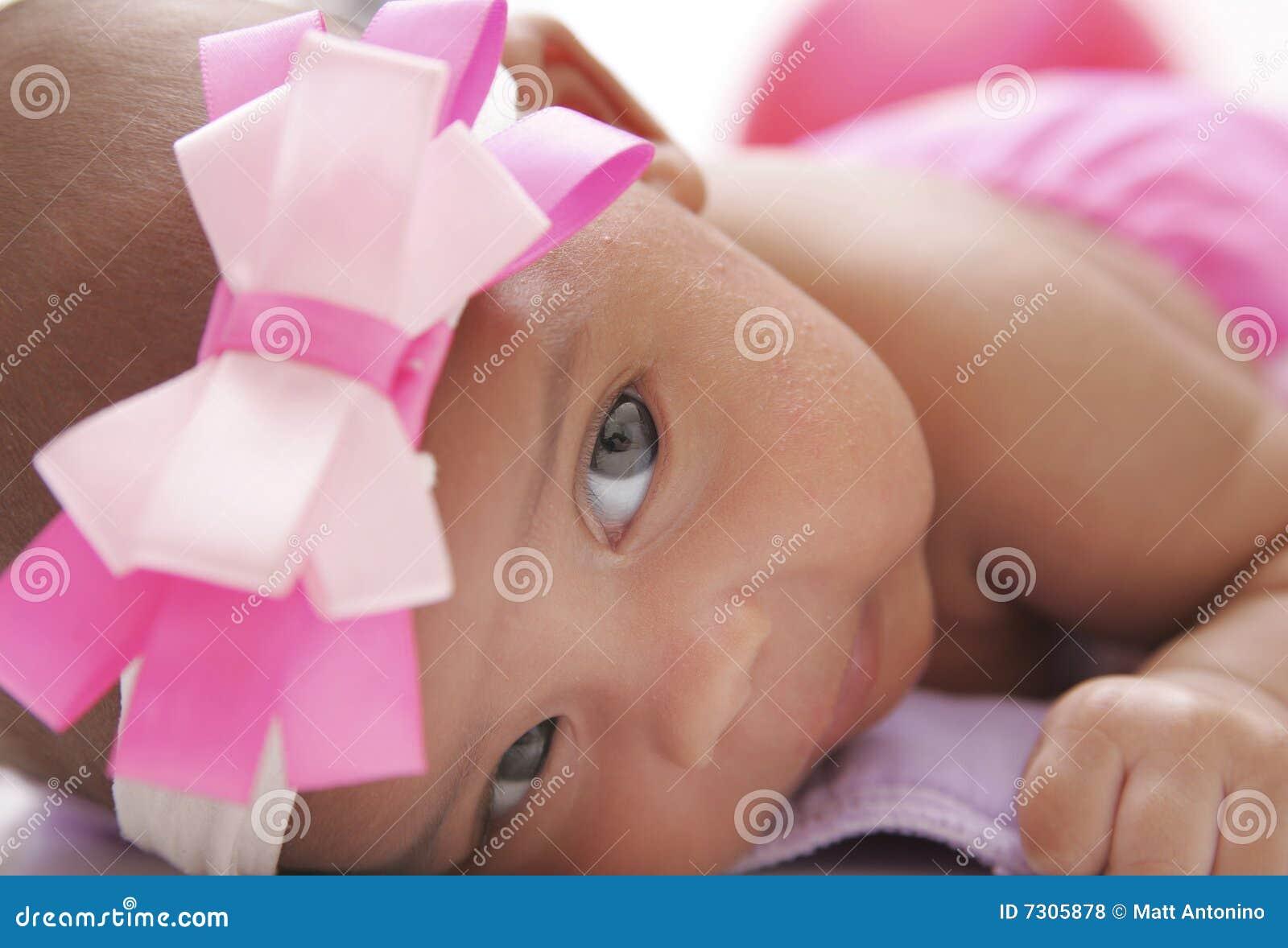 Download Bambino Che Propone Su Un Pannolino Del Panno Fotografia Stock - Immagine di occhi, adotti: 7305878