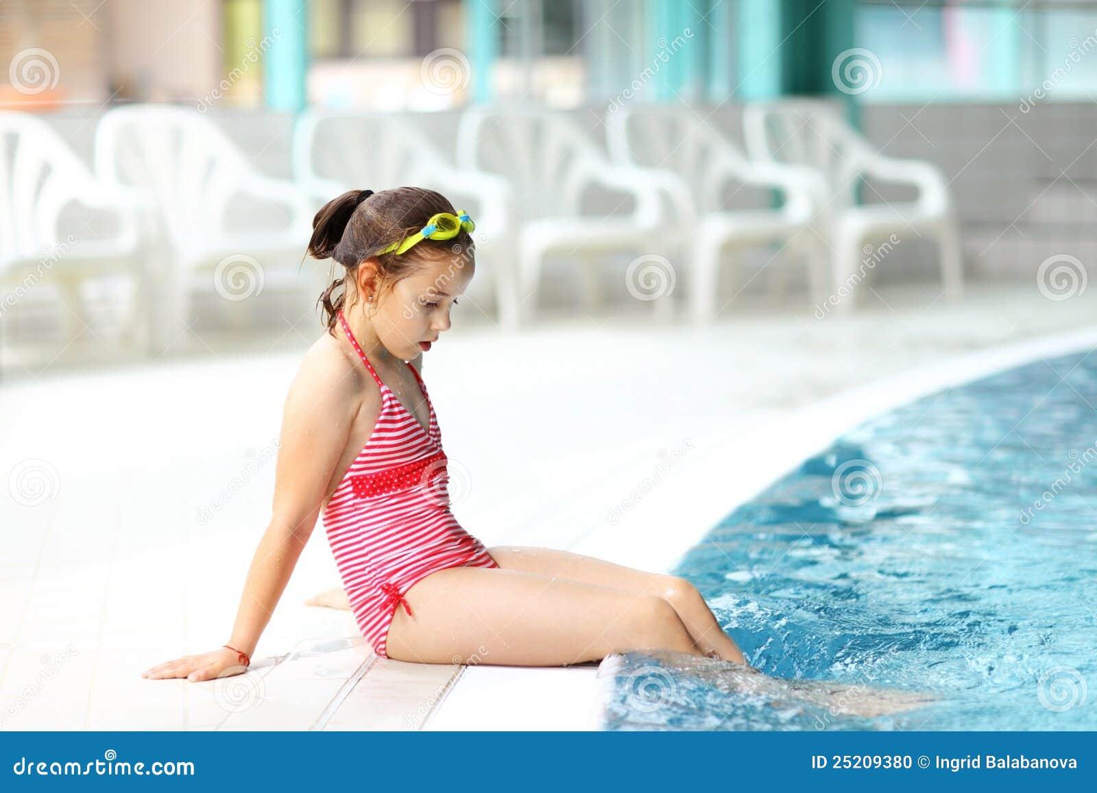 Bambino che si distende dalla piscina