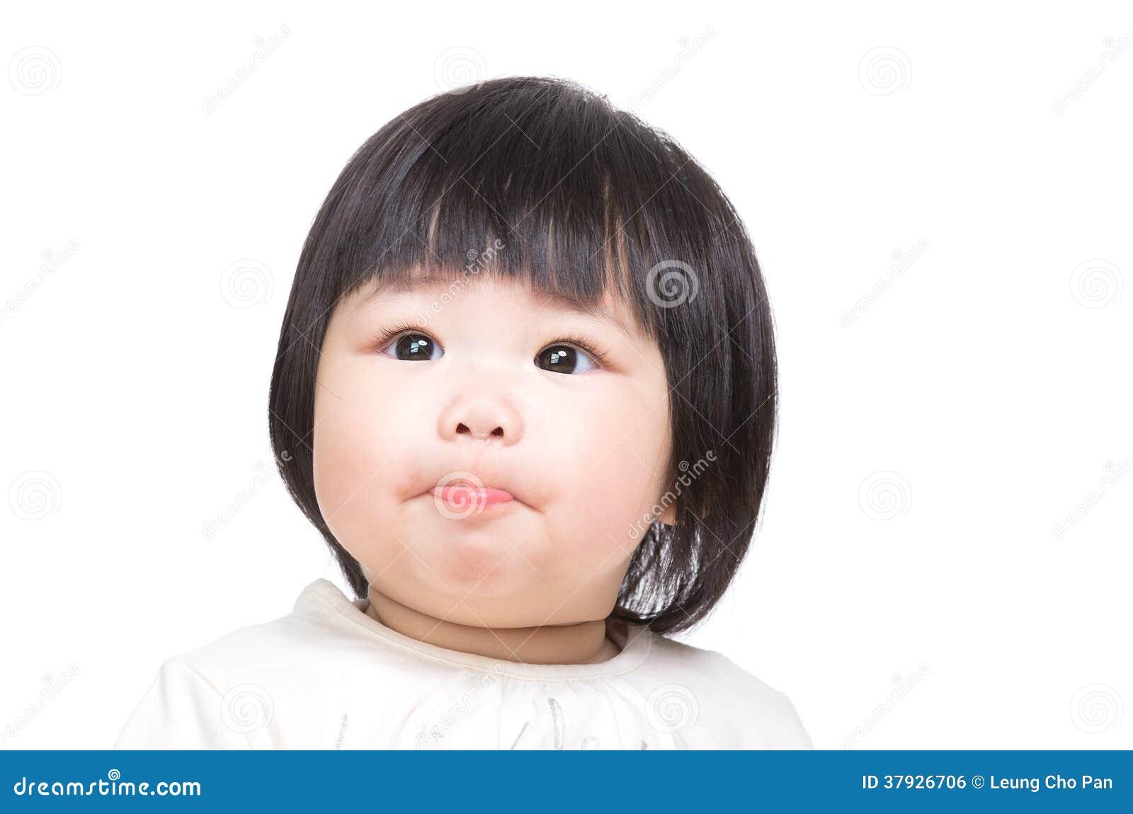 Bambino che succhia le labbra