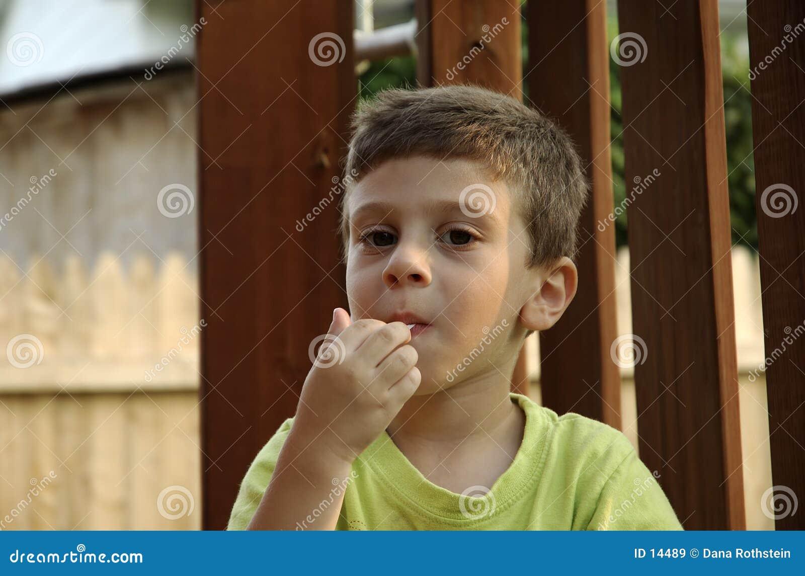 Bambino con gomma