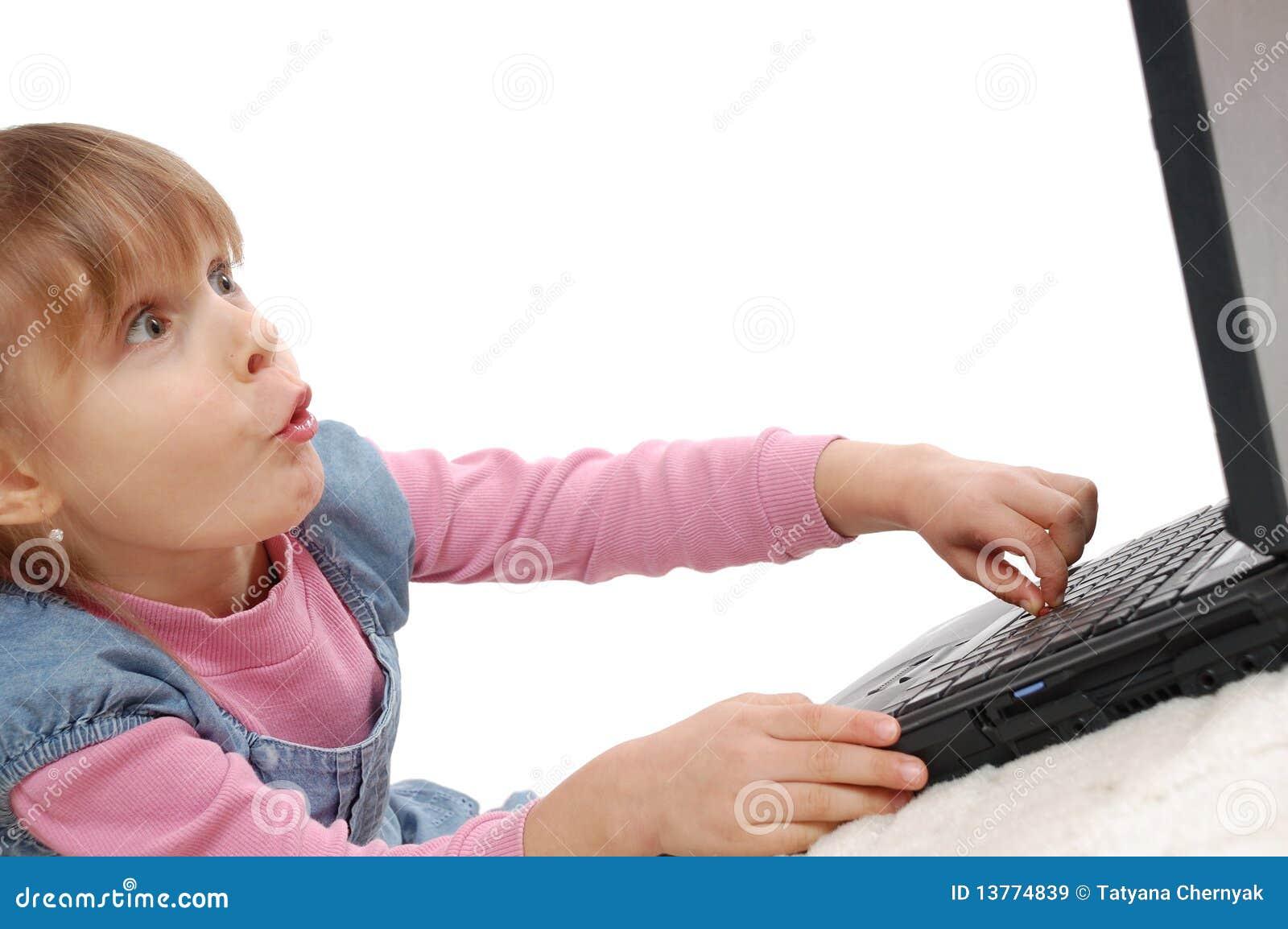Bambino con il computer portatile
