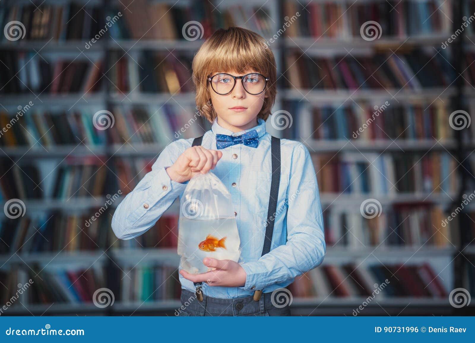 Bambino con il pesce rosso