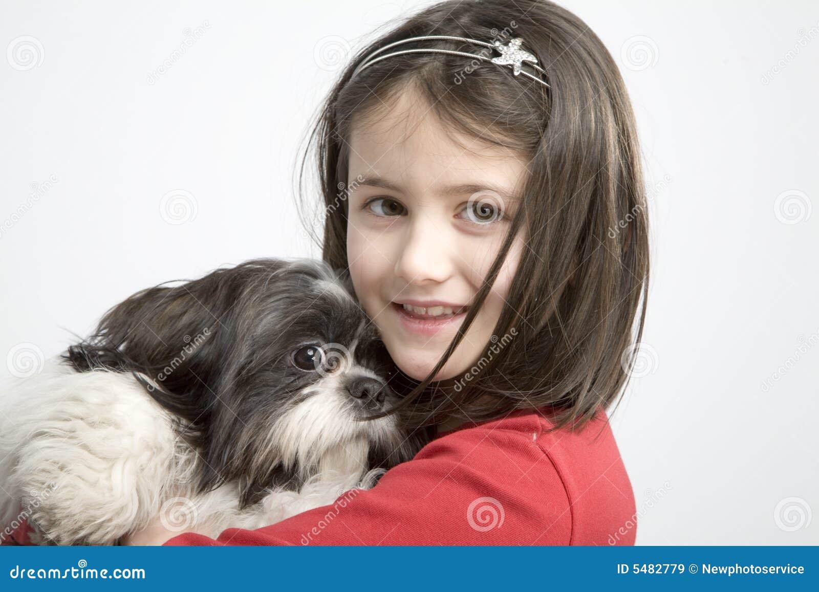 Bambino con l animale domestico del cane