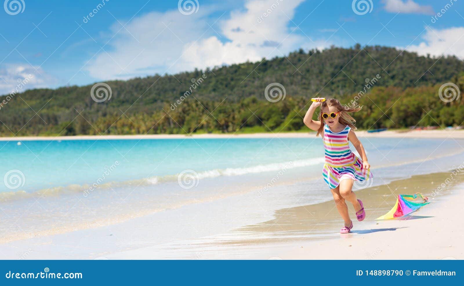 Bambino con l aquilone Gioco dei bambini Vacanza della spiaggia della famiglia