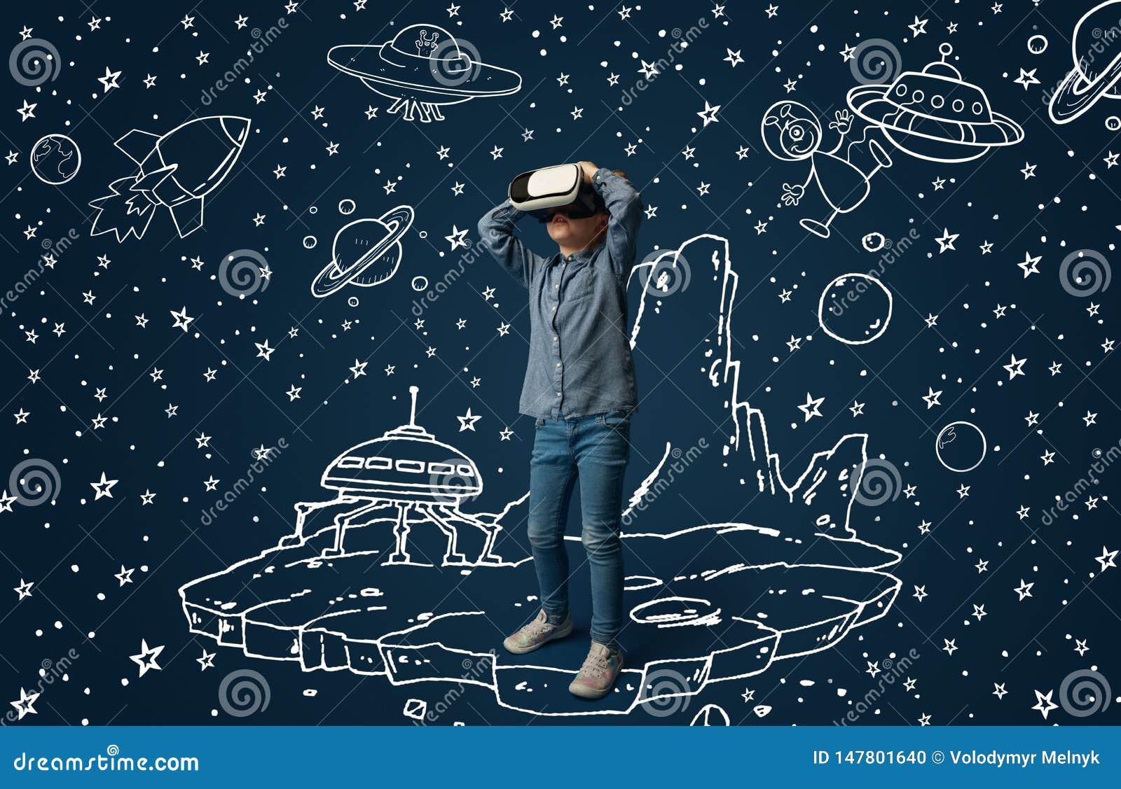Bambino con la cuffia avricolare di realt? virtuale