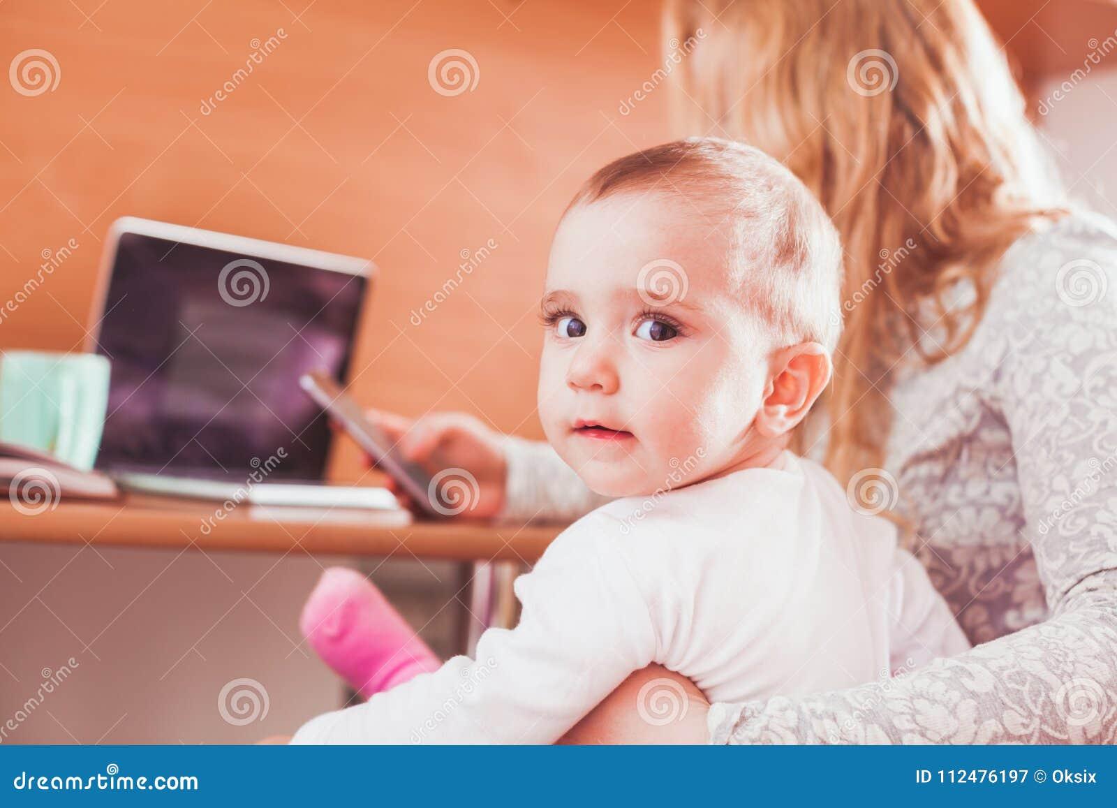 Bambino con la mamma su lavoro