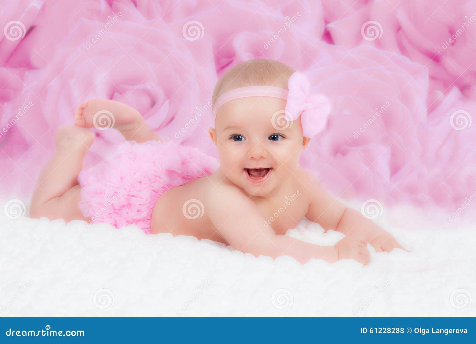 Bambino con un arco rosa