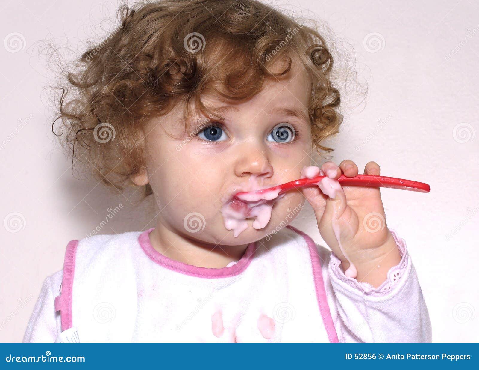 Bambino con un cucchiaio