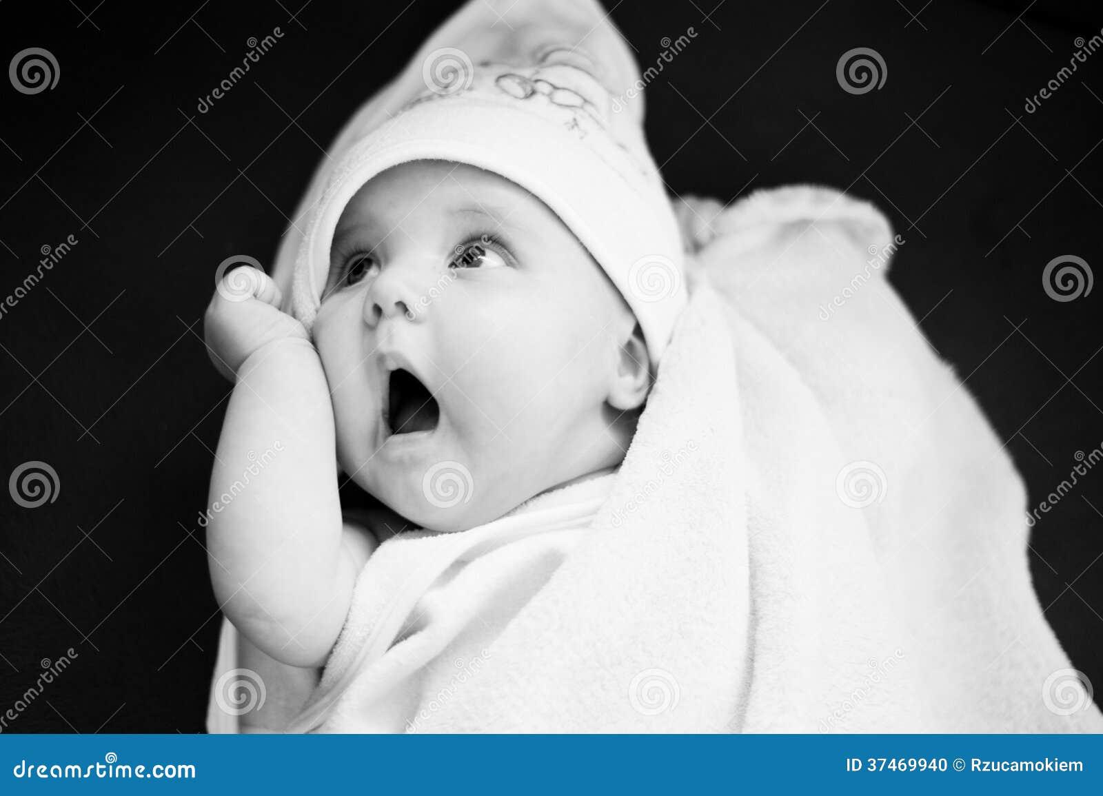 Bambino con un fronte divertente in un asciugamano
