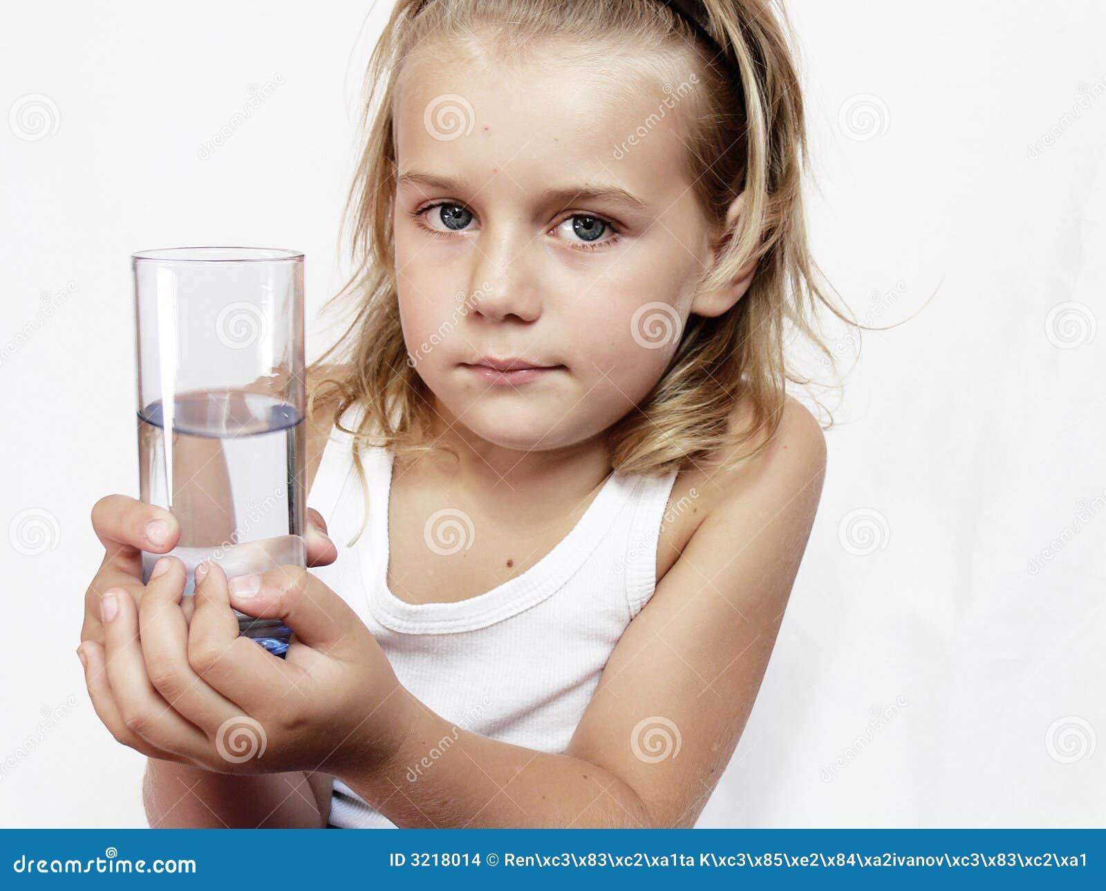 Bambino con vetro di acqua