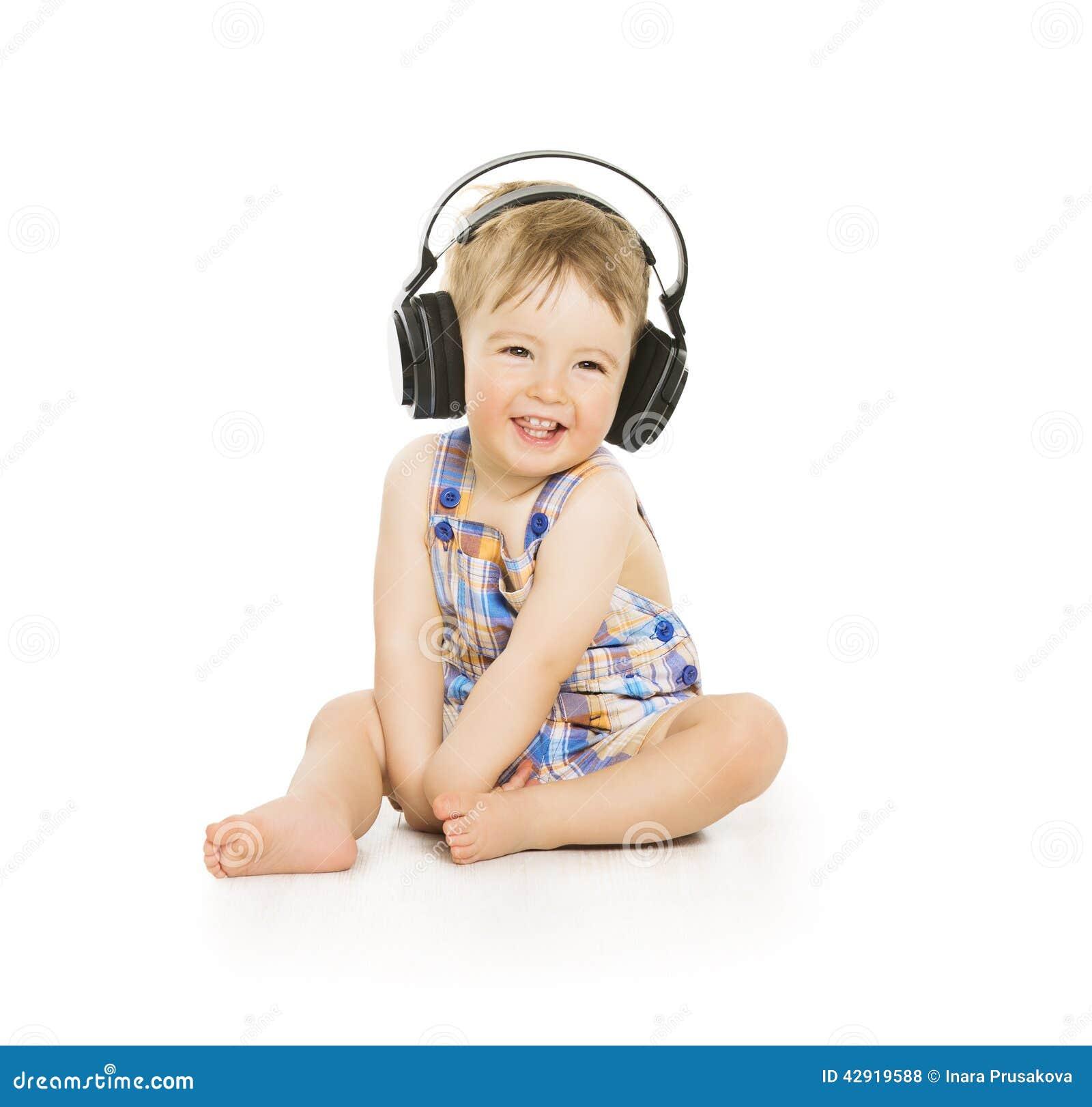 Bambino in cuffie che ascolta la musica, piccolo bambino isolato più