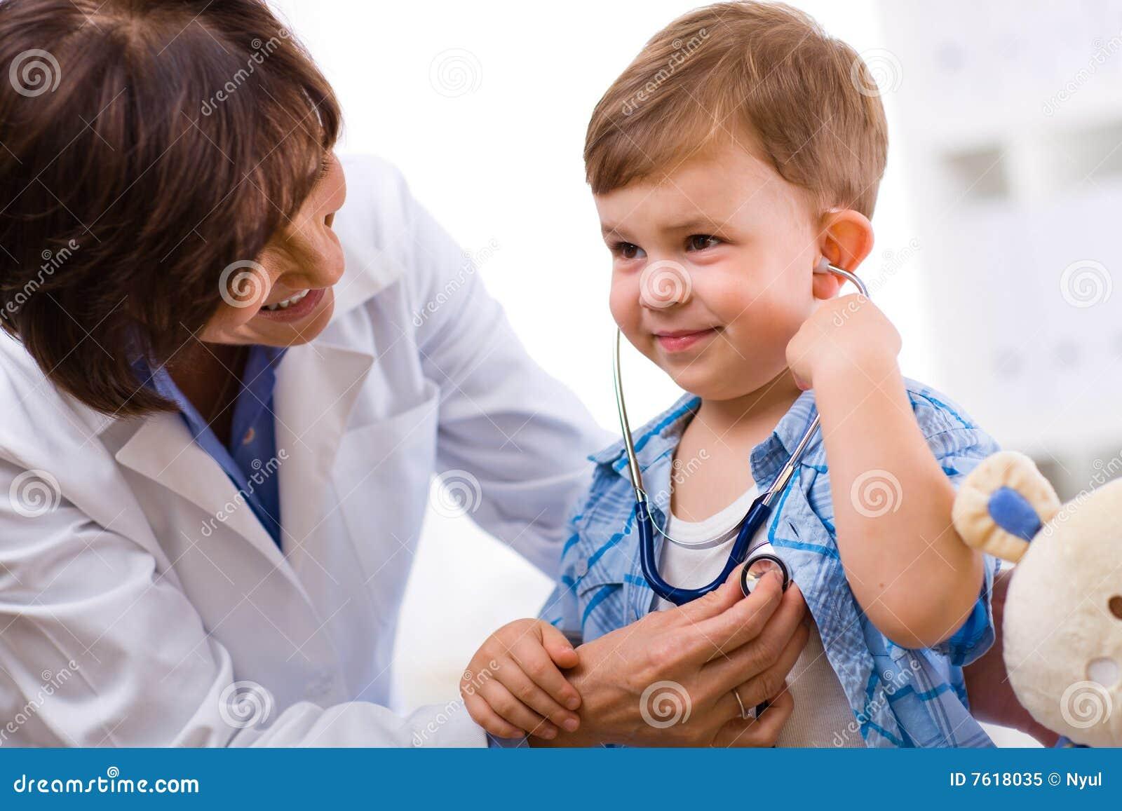 Bambino d esame del medico