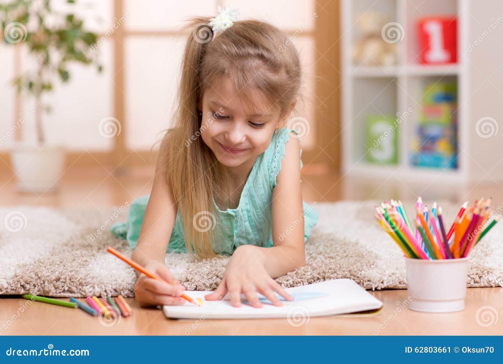 Bambino del bambino della bambina del bambino che disegna for Disegna i tuoi piani di casa gratuitamente
